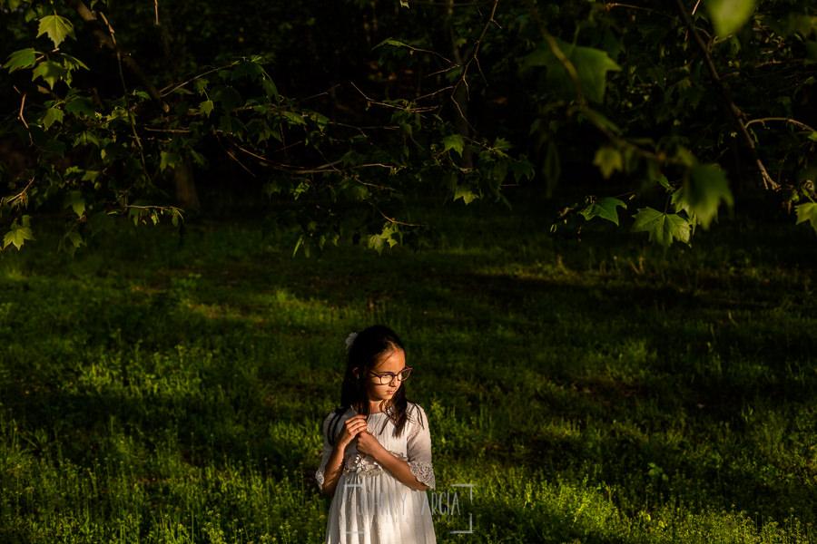 Comunión en Béjar de Natalia, realizada por Johnny García, fotógrafo de comuniones en Béjar. Natalia en el parque.