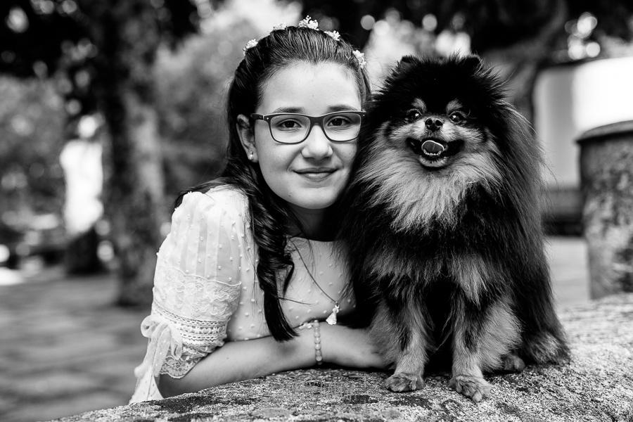 Comunión en Candelario de Lucia, realizada por Johnny García, fotógrafo de comuniones en Candelario. Lucia junto a su animal de compañía, un precioso perro.