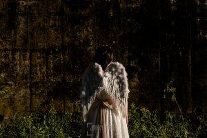 Comunión en Candelario de Lucia, realizada por Johnny García, fotógrafo de comuniones en Candelario. Lucia de espaldas con unas alas.
