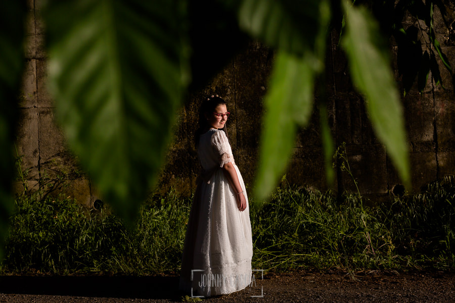 Comunión en Candelario de Lucia, realizada por Johnny García, fotógrafo de comuniones en Candelario. Lucia entre hojas verdes.