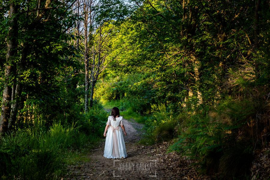 Comunión en Candelario de Lucia, realizada por Johnny García, fotógrafo de comuniones en Candelario. Lucia anda por el bosque.