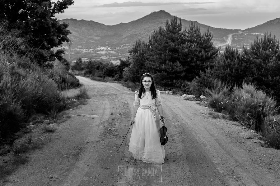 Comunión en Candelario de Lucia, realizada por Johnny García, fotógrafo de comuniones en Candelario. Lucia camina con el instrumento musical que toca, concretamente un violín.
