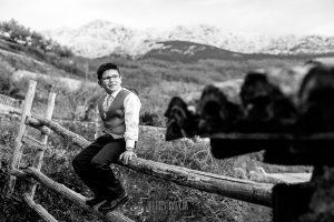 Comunión en Zarza de Granadilla de Yeremi, realizada por Johnny García, fotógrafo de comuniones en Zarza de Granadilla. Un retrato de Yeremi en el campo.