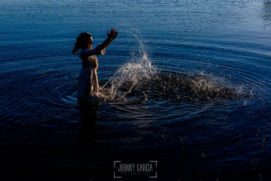 Comunión en Guijuelo de Leticia, realizada por Johnny García, fotógrafo de comuniones en Guijuelo. Leticia metida en el agua con su vestido de comunión.