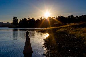 Comunión en Guijuelo de Leticia, realizada por Johnny García, fotógrafo de comuniones en Guijuelo. Leticia metida en el agua con su vestido.