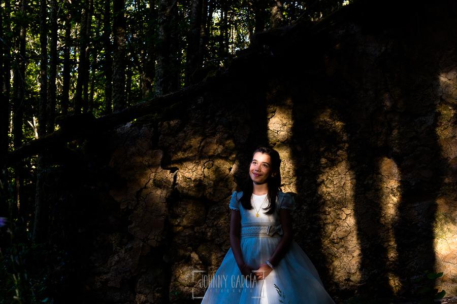 Comunión en Hervás de Estela, realizada por Johnny García, fotógrafo de comuniones en Extremadura. Un retrato de Estela entre lineas de luz.