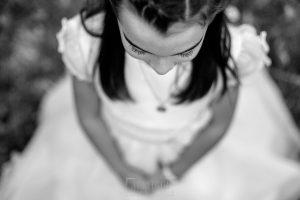 Comunión en Hervás de Lia, realizada por Johnny García, fotógrafo de comuniones en Extremadura. Un retrato de Estela.
