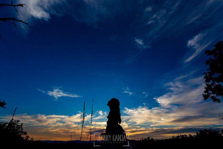 Comunión en Hervás de Estela, realizada por Johnny García, fotógrafo de comuniones en Extremadura. Un retrato de Estela junto a la puesta de sol.