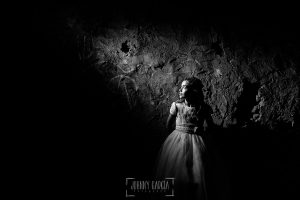 Comunión en Hervás de Estela, realizada por Johnny García, fotógrafo de comuniones en Extremadura. Un retrato de Estela en una casa.