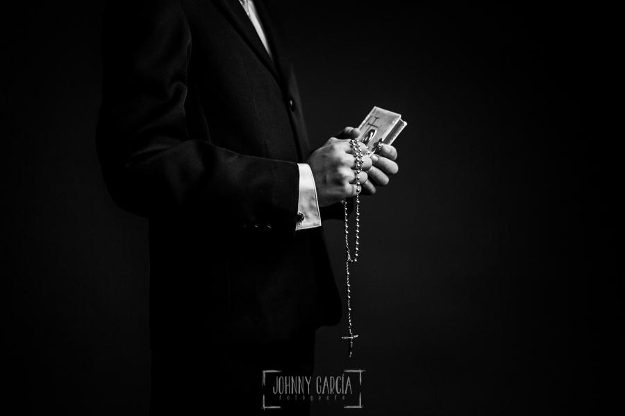 Comunión en Hervás de Jesús, realizada por Johnny García, fotógrafo de comuniones en Hervás. Detalle de las manos con un rosario y un libro de comunión.