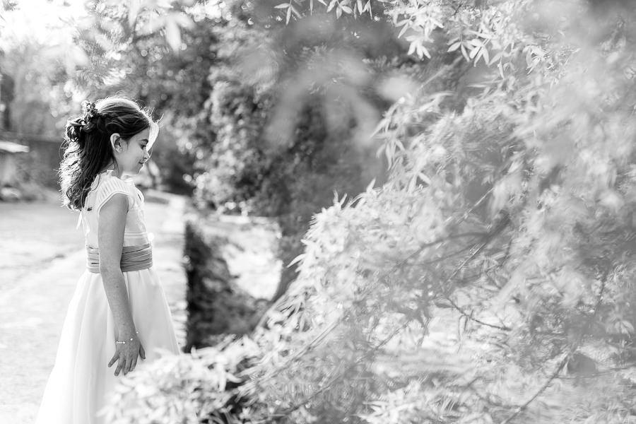 Comunión en Hervás de Laura, realizada por Johnny García, fotógrafo de comuniones en Hervás. Laura mira hacia el río.
