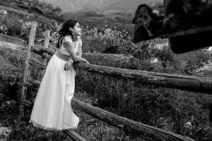 Comunión en Hervás de Laura, realizada por Johnny García, fotógrafo de comuniones en Hervás. Laura en un cierre de palos en una finca.