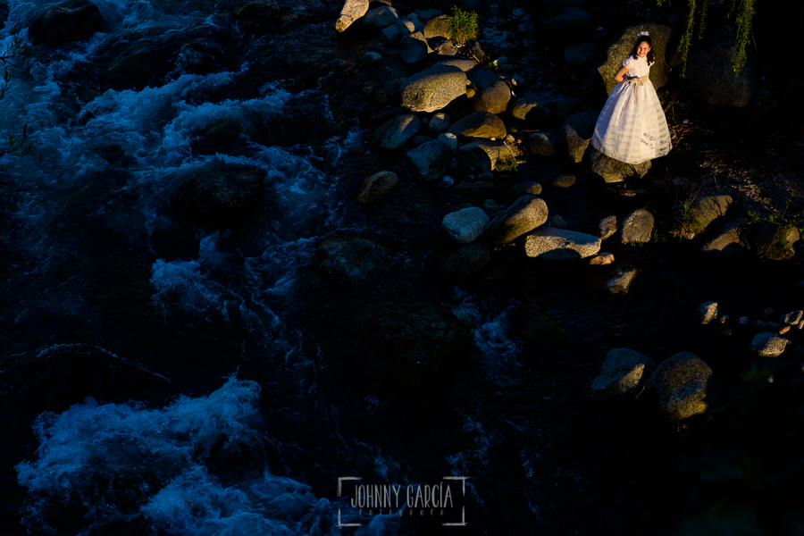Comunión en Hervás de Marta, realizada por Johnny García, fotógrafo de comuniones en Extremadura. Marta al lado del río Ambroz.