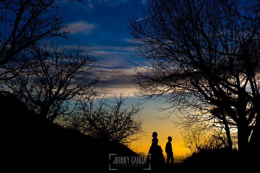 Comunión en Hervás de Sara, realizada por Johnny García, fotógrafo de comuniones en Cáceres. Contraluz de Sara y su hermano.