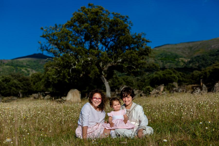 Comunión en La Jarilla de Diego, realizada por Johnny García, fotógrafo de comuniones en Plasencia. Diego junto a sus hermanas.