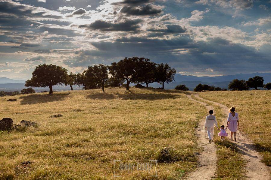 Comunión en La Jarilla de Diego, realizada por Johnny García, fotógrafo de comuniones en Plasencia. Diego pasea por la dehesa junto a sus hermanas.