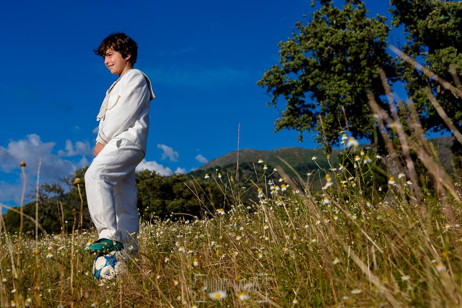 Comunión en La Jarilla de Diego, realizada por Johnny García, fotógrafo de comuniones en Plasencia. Diego posa mientras pisa su balón.