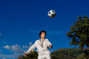 Comunión en La Jarilla de Diego, realizada por Johnny García, fotógrafo de comuniones en Plasencia. Diego golpea su balón.