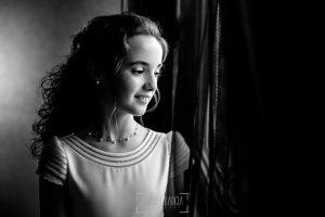 Comunión en La Alberca de Lia, realizada por Johnny García, fotógrafo de comuniones en Salamanca. Un retrato de Lia.