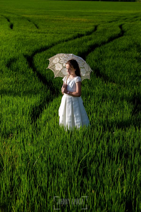 Comunión en Valencia de Lia, realizada por Johnny García, fotógrafo de comuniones en Valencia. Lia en un campo de arroz.
