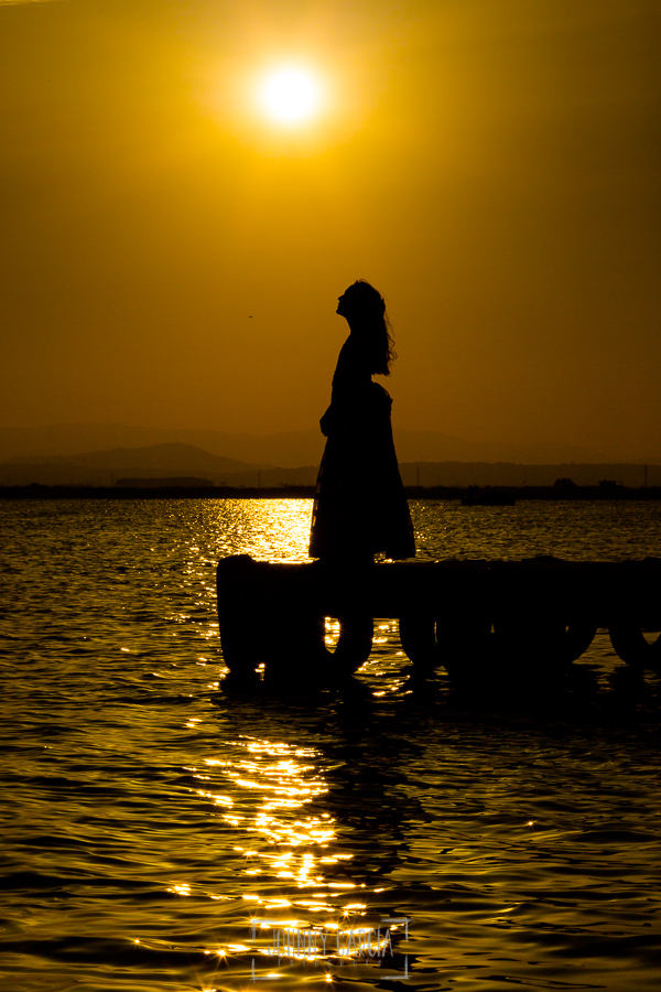 Comunión en Valencia de Lia, realizada por Johnny García, fotógrafo de comuniones en Valencia. La silueta de Lia en la puesta de sol.