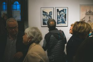 Exposición Miradas, memoria y realidad, en el Museo Pérez Comendador-Leroux organizada por el Ayntamiento de Hervás, Johnny García y Jose María Castellano. Una persona observa fotos antiguas.