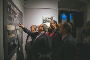 Exposición Miradas, memoria y realidad, en el Museo Pérez Comendador-Leroux organizada por el Ayntamiento de Hervás, Johnny García y Jose María Castellano. Personas mayores intentan reconocer a personas en las fotos.