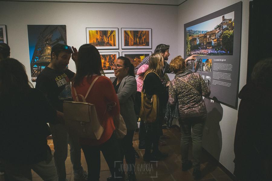 Exposición Miradas, memoria y realidad, en el Museo Pérez Comendador-Leroux organizada por el Ayntamiento de Hervás, Johnny García y Jose María Castellano. Uno de los paneles con fotografías de personas actual.