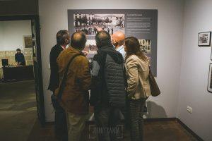Exposición Miradas, memoria y realidad, en el Museo Pérez Comendador-Leroux organizada por el Ayntamiento de Hervás, Johnny García y Jose María Castellano. Jose MAría explica alguna de las imágenes.