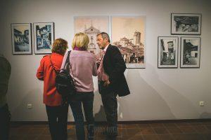 Exposición Miradas, memoria y realidad, en el Museo Pérez Comendador-Leroux organizada por el Ayntamiento de Hervás, Johnny García y Jose María Castellano. Visitantes y artistas.