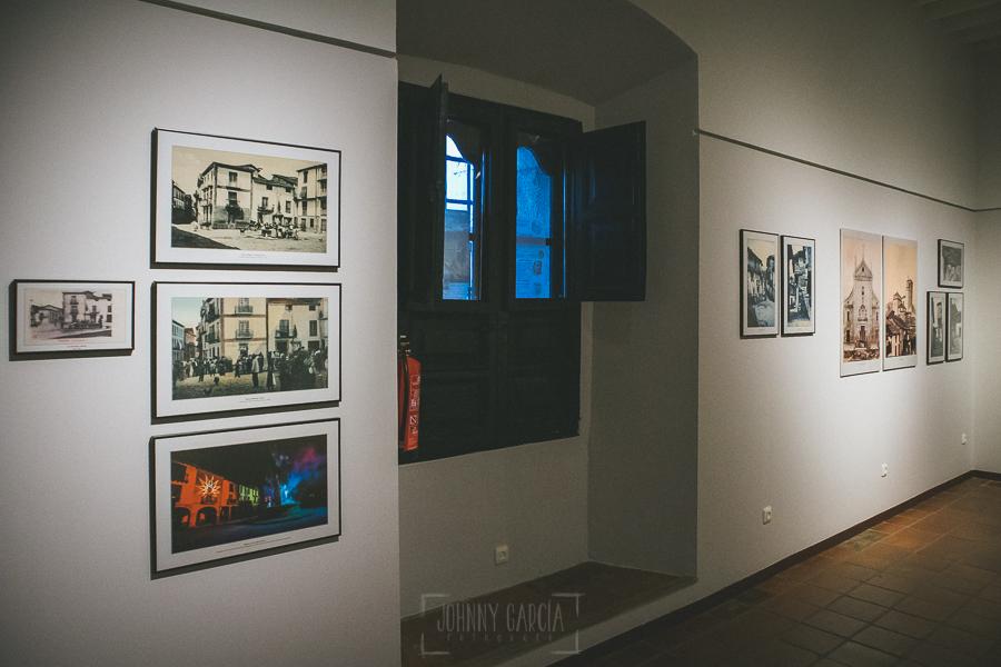 Exposición Miradas, memoria y realidad, en el Museo Pérez Comendador-Leroux organizada por el Ayntamiento de Hervás, Johnny García y Jose María Castellano. Imagen de una de las paredes con las fotografías.