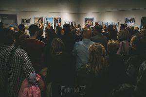 Exposición Miradas, memoria y realidad, en el Museo Pérez Comendador-Leroux organizada por el Ayntamiento de Hervás, Johnny García y Jose María Castellano. La sala en el momento de la inauguración estaba llena de gente.