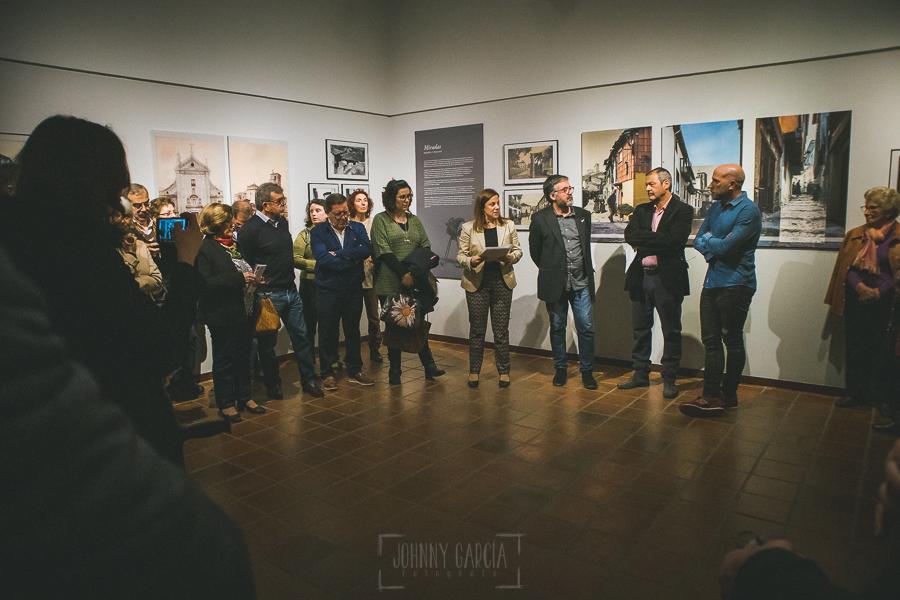 Exposición Miradas, memoria y realidad, en el Museo Pérez Comendador-Leroux organizada por el Ayntamiento de Hervás, Johnny García y Jose María Castellano. Jose María explica una de las obras.