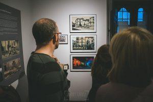 Exposición Miradas, memoria y realidad, en el Museo Pérez Comendador-Leroux organizada por el Ayntamiento de Hervás, Johnny García y Jose María Castellano. Visitantes observan fotos antiguas.