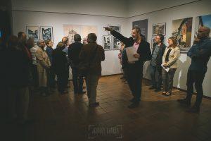 Exposición Miradas, memoria y realidad, en el Museo Pérez Comendador-Leroux organizada por el Ayntamiento de Hervás, Johnny García y Jose María Castellano. El comisario de la exposición da explicaciones.
