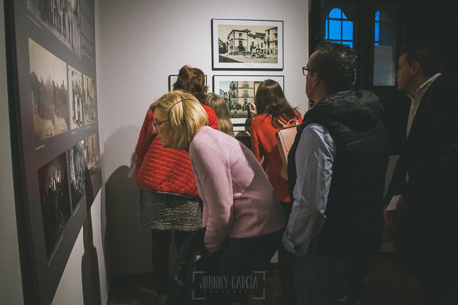 Exposición Miradas, memoria y realidad, en el Museo Pérez Comendador-Leroux organizada por el Ayntamiento de Hervás, Johnny García y Jose María Castellano. visitante observa una obra de La Corredera.
