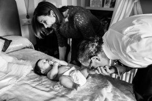 Fotografía infantil, premamá, embarazo y familia realizada por Johnny García, Fotógrafo en Hervás. Marina con los abuelos.