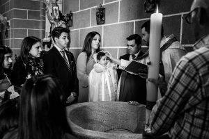 Fotografía infantil, premamá, embarazo y familia realizada por Johnny García, Fotógrafo en Hervás. Marina en la iglesia.