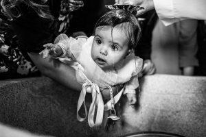 Fotografía infantil, premamá, embarazo y familia realizada por Johnny García, Fotógrafo en Hervás. Marina en el bautizo.