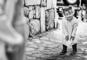Fotografía infantil, premamá, embarazo y familia realizada por Johnny García, Fotógrafo en Hervás. Disfrutando en la calle.