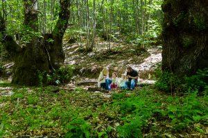 Fotografía infantil, premamá, embarazo y familia realizada por Johnny García, Fotógrafo en Hervás. Familia en el monte