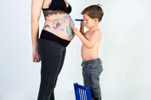 Fotografía infantil, premamá, embarazo y familia realizada por Johnny García, Fotógrafo en Hervás. Iago pinta la tripa de embarazada.