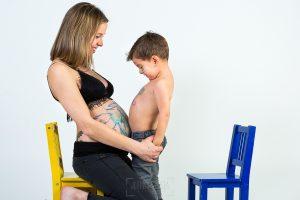 Fotografía infantil, premamá, embarazo y familia realizada por Johnny García, Fotógrafo en Hervás. Iago saca barriga.