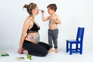 Fotografía infantil, premamá, embarazo y familia realizada por Johnny García, Fotógrafo en Hervás. Iago en el estudio.
