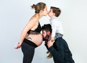 Fotografía infantil, premamá, embarazo y familia realizada por Johnny García, Fotógrafo en Hervás. Iago y familia.