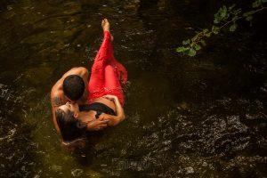 Fotografía infantil, premamá, embarazo y familia realizada por Johnny García, Fotógrafo en Hervás. Embarazo en el rio.
