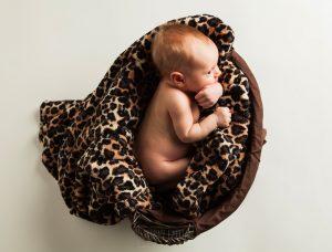 Fotografía infantil, premamá, embarazo y familia realizada por Johnny García, Fotógrafo en Hervás. Pequeña en un cesto.