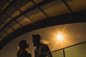 Post boda en Londres de Ani y Hécter realizadas por Johnny García, fotógrafo de bodas en Londres; un contraluz dorado de la pareja