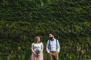 Post boda en Londres de Ani y Hécter realizadas por Johnny García, fotógrafo de bodas en Londres; retrato de los novios delante de una pared con jardín vertical.