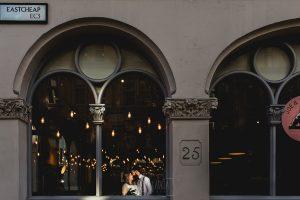 Post boda en Londres de Ani y Hécter realizadas por Johnny García, fotógrafo de bodas en Londres; los novios toman un café en el interior de una cafeteria.